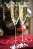 2 каннелюры Шампани на предпосылке рождества Стоковые Изображения RF