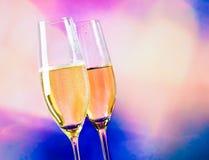 Каннелюры Шампани с золотыми пузырями на предпосылке сердец нерезкости декоративной Стоковое Изображение