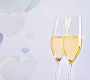 Каннелюры Шампани с золотыми пузырями на предпосылке сердец нерезкости декоративной Стоковые Изображения
