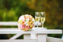 2 каннелюры шампанского с букетом свадьбы Стоковые Фотографии RF