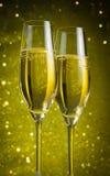 2 каннелюры шампанского с золотыми пузырями Стоковая Фотография RF