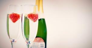 2 каннелюры шампанского с плавая клубниками Стоковое Изображение