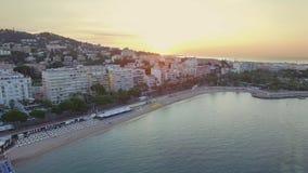Канн, вид с воздуха над croisette на восходе солнца акции видеоматериалы