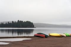 Каное каное атмосферы серого утра рек озера 2 Канад Онтарио темные припарковали воду пляжа в национальном парке Algonquin Стоковые Изображения RF