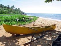 Каное аутриггера на пляже тропического острова Стоковые Изображения RF