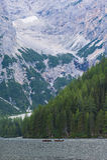 2 каное в озере около гор, доломиты, Италия Стоковые Изображения
