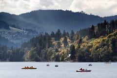 Каное и быстроходный катер на озере Стоковая Фотография RF
