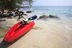 Каное каяка моря на пляже песка моря с красивым побережьем природы Стоковые Изображения RF