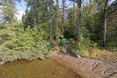 Каное на береге в спрятанном месте для лагеря Стоковое фото RF
