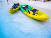 Каное на пляже делают отключение к кальмару моря Стоковые Фотографии RF