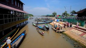 Каное на причале виска, Ywama, озере Inle, Мьянме акции видеоматериалы