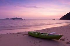 Каное на пляже на twilight времени Стоковые Фотографии RF