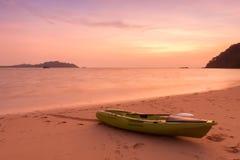 Каное на пляже на twilight времени Стоковое Изображение RF