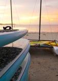 Каное на пляже рано утром Стоковые Фотографии RF