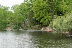 2 каное около дома на реке Стоковое Фото