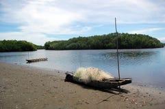 Каное с рыболовной сетью на пляже Новой Гвинее Стоковая Фотография