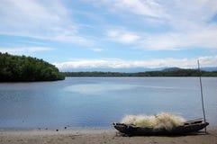 Каное с рыболовной сетью на пляже Новой Гвинее Стоковое Фото