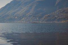 Каноэ 4 человек в озере стоковые фото