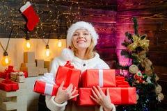 Канун Нового Года женщины подарок украшений рождества коробки концепция зимних отдыхов и людей рождество украшает идеи украшения  стоковая фотография rf