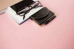 Канцелярские принадлежности, белый смартфон, стекла, ручка, бумажник, дозор, календарь, тетрадь r стоковое фото