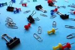 Канцелярские принадлежности закрепляют для бумажных ногтей и бумажных зажимов стоковая фотография rf