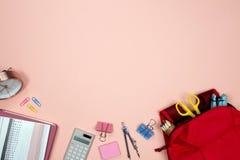 Канцелярские принадлежности и канцелярские товары на розовой предпосылке Плоское положение Взгляд сверху с космосом экземпляра за стоковые изображения rf