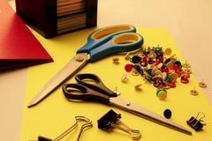 Канцелярские принадлежности различных размеров, канцелярские принадлежности на рабочем столе для работы, школа и хобби стоковое изображение