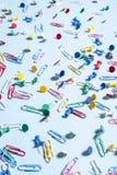 Канцелярские товары в форме покрашенных кнопок и бумажных зажимов Стоковые Фото