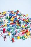 Канцелярские товары в форме покрашенных кнопок и бумажных зажимов Стоковое Фото