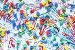 Канцелярские товары в форме покрашенных кнопок и бумажных зажимов Стоковая Фотография