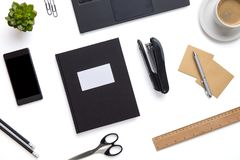 Канцелярские товары и приборы аранжированные на изолированной белой предпосылке Стоковое Фото