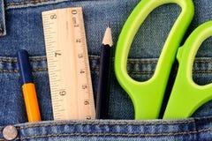 Канцелярские товары на карманн джинсов Стоковое фото RF