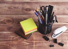 Канцелярские товары на таблице стоковая фотография