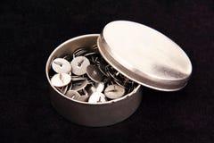 Канцелярские кнопки в коробке металла. Стоковые Изображения RF