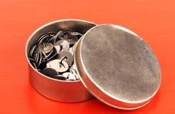 Канцелярские кнопки в коробке металла. Стоковое Изображение