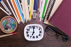 Канцелярские принадлежности вокруг белых часов Стоковое фото RF