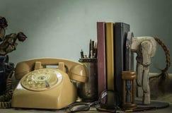 Канцелярские принадлежности и книги на столе Стоковые Изображения