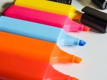 Канцелярские принадлежности - красочный highlighter пишет конец-вверх/макрос Стоковое Изображение