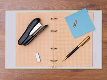 Канцелярские принадлежности на таблице Стоковые Фотографии RF