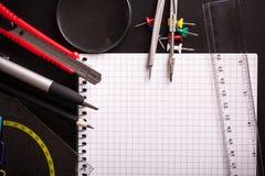 Канцелярские товары и вещество на черном столе Стоковое Изображение RF