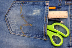 Канцелярские товары на карманн джинсов Стоковые Изображения