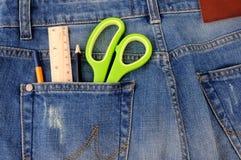 Канцелярские товары на карманн джинсов Стоковое Изображение RF
