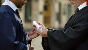 Канцлер университета давая диплом аспиранту, успешному будущему стоковое фото rf