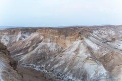 Каньон в пустыне Midbar Yehuda Judean на мертвом море, Израиле Предпосылка безжизненной земли в пустыне на западном береге  стоковые изображения