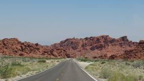 Каньон и дорога в долине огня стоковое изображение