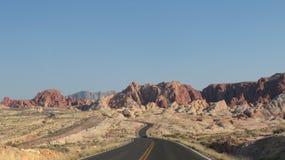 Каньон и дорога в долине огня стоковые изображения rf