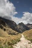 Каньон и след на Inca отстают к Machu Picchu Внушительная высокая стоковая фотография rf