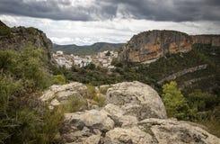 Каньон с валунами и взгляд городка Chulilla стоковые изображения rf