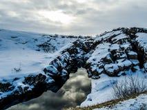 Каньон с отражением во время зимы, национальный парк Thingvellir, Исландия Стоковое Фото