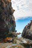 Каньон утеса пляжа солнечного дня высокорослый Стоковое Изображение